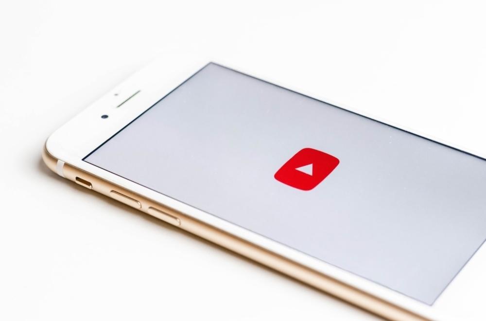 applicazione youtube su cellulare bianco